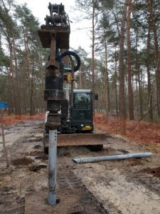 pyötäilytien ruuvipaalutus metsässä